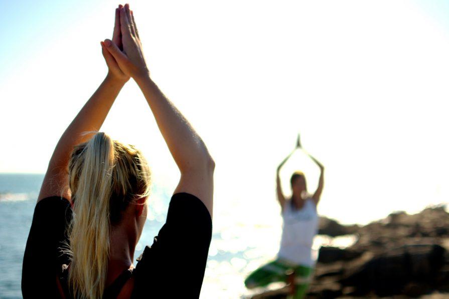 Yoga und Surfen im Urlaub