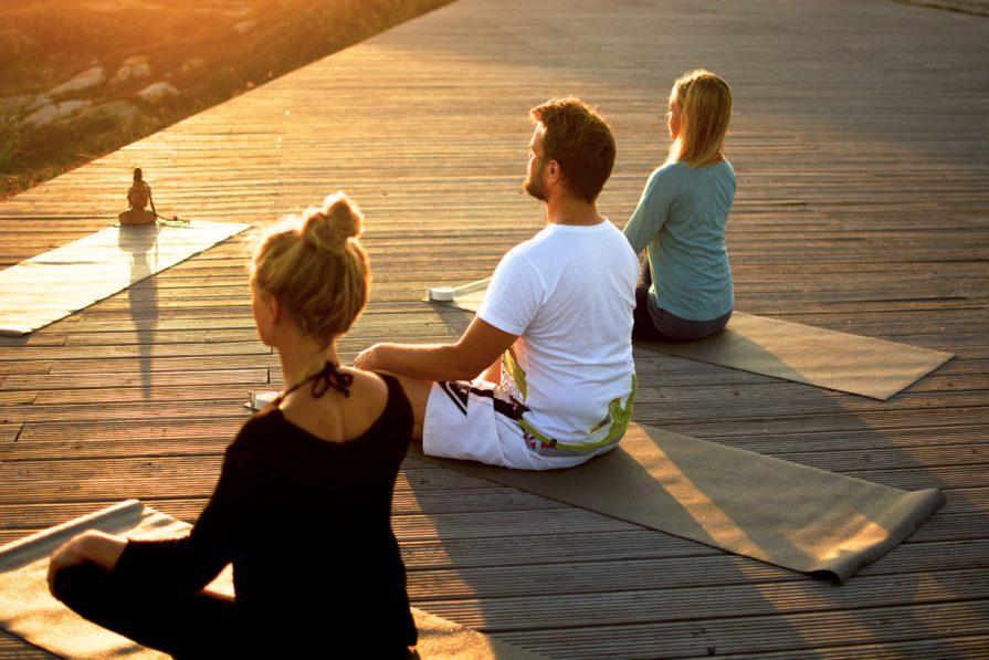 Yoga auf unserer Holzplattform am Meer
