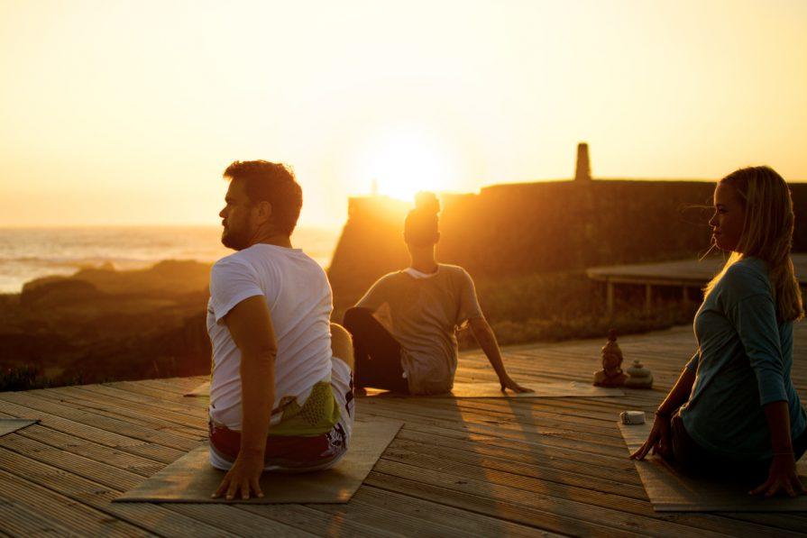 Yoga auf der Yogaplattform
