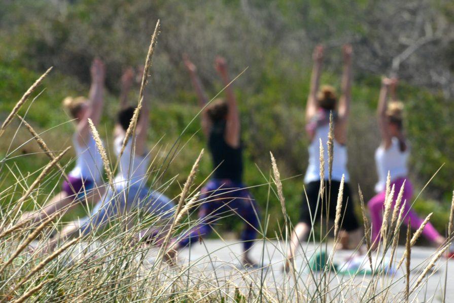 Yoga im Freien vor unserem Camp
