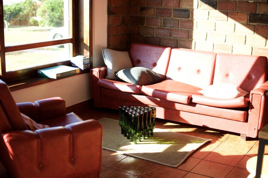 Die Wohnzimmer vom Goodtimes Surfcamp in Portugal
