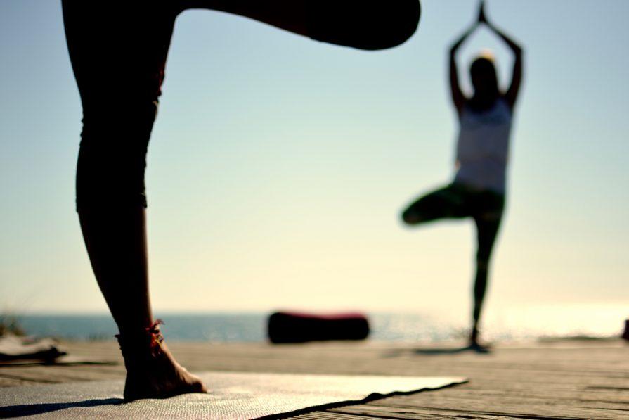 Surfen und Yoga am Meer